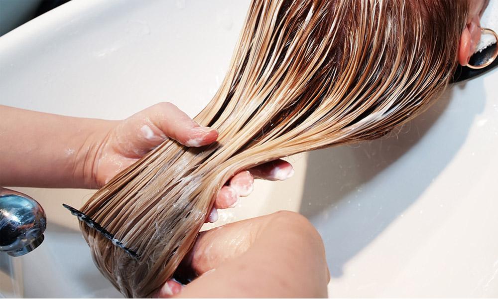 las manos de la peluquera